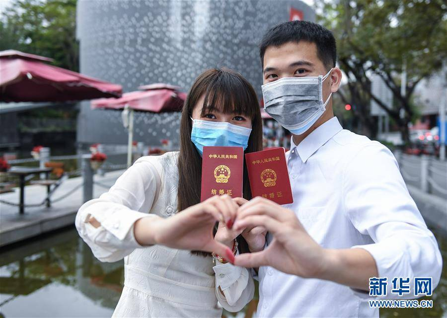 (聚焦疫情防控)(1)戴着口罩,我们结婚了