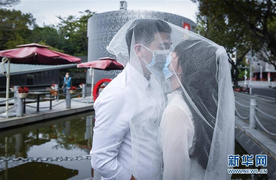(聚焦疫情防控)(2)戴着口罩,我们结婚了