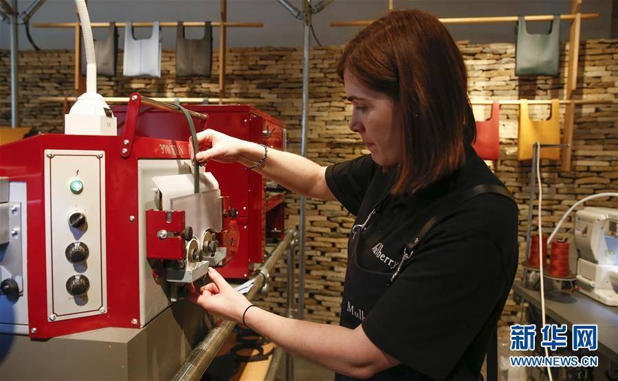 (XHDW)(1)伦敦时装周:Mulberry品牌展示皮包制作工艺