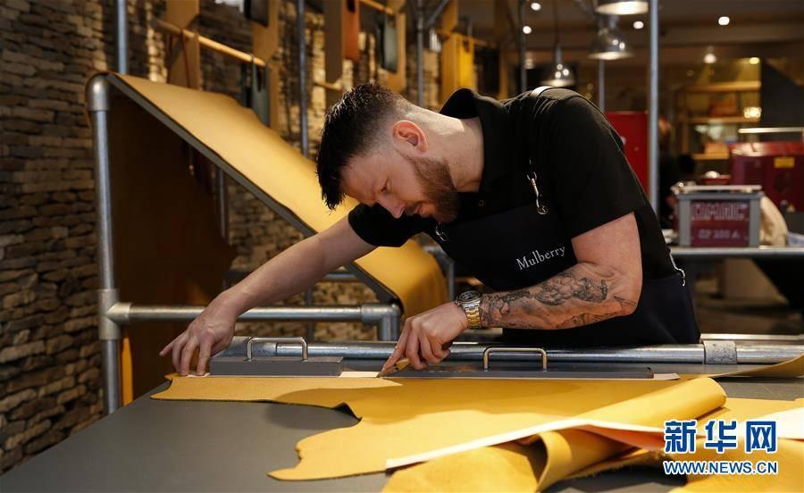 (XHDW)(2)伦敦时装周:Mulberry品牌展示皮包制作工艺