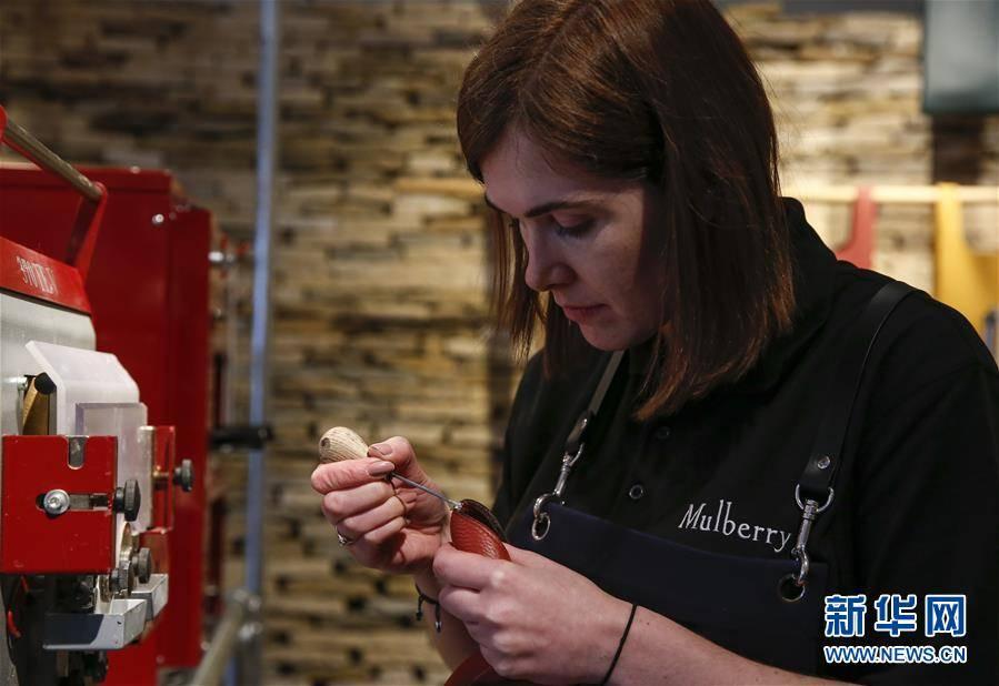 (XHDW)(3)伦敦时装周:Mulberry品牌展示皮包制作工艺
