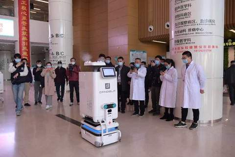 """医疗机器人走上战""""疫""""一线"""