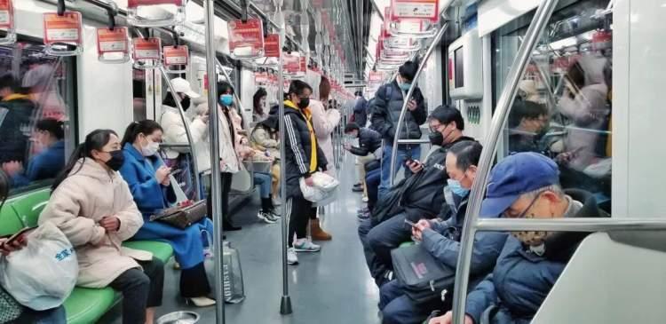 <b>上海地铁客流出现回升态势, 公交依然在低谷徘徊!</b>