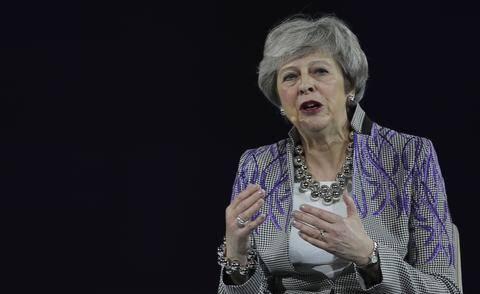 <b>英国前首相梅谈职场囧事:曾在驾驶舱换礼服,与飞行员一帘之隔</b>