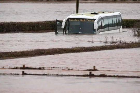 """风暴""""丹尼斯""""肆虐欧洲多国,英国洪水警报创历史记录"""