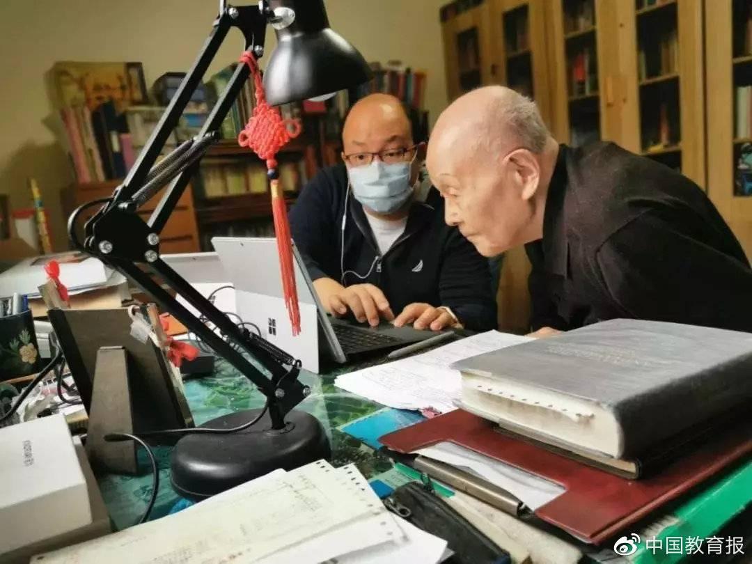 95岁清华教授开直播授课上热搜 网友:这很清华
