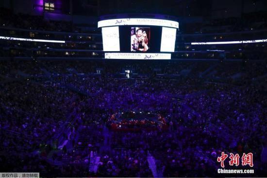 当地时间2月24日,NBA巨星科比·布莱恩特与女儿吉安娜追思会于洛杉矶湖人主场斯台普斯中心举行。
