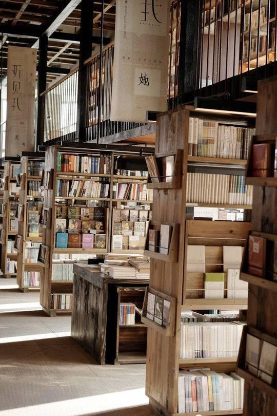 员工出镜直播,图书外卖上线疫情时期的实体书店在悄悄练级!