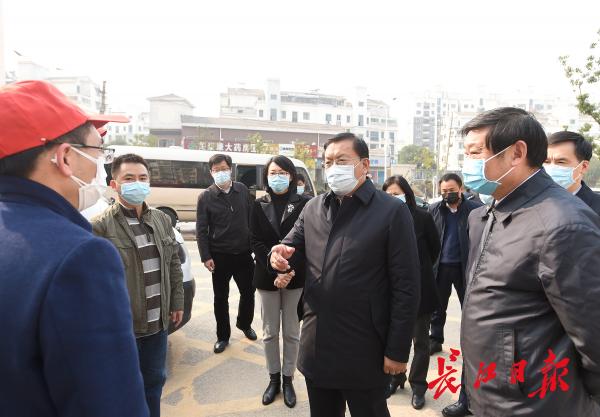 王忠林调研途中暗访发现:有汽车进入街道口社区无人管理