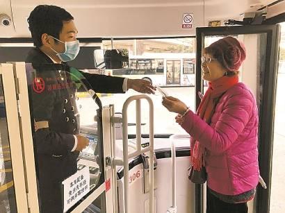 """49路途经20个站连接15家医院 """"生命线""""公交车为乘客做足准备"""