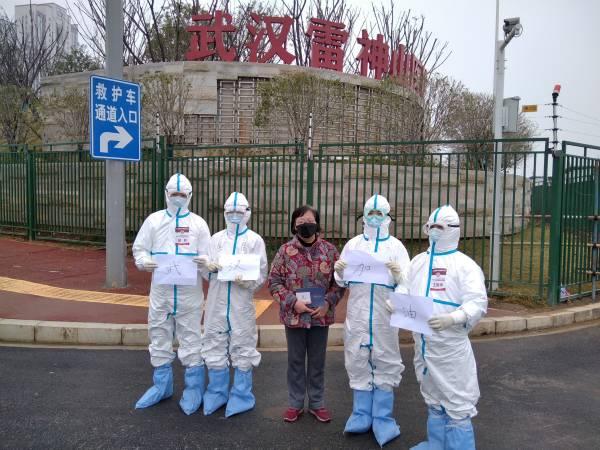 王阿姨的雷神山出院记:一听是上海的医疗队负责病房,一下子就放心了!