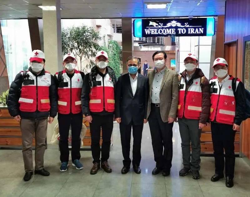 2月29日凌晨,中国红十字会志愿专家团队一行5人抵达伊朗首都德黑兰,并携带部分中方援助的医疗物资。中国驻伊朗大使常华和伊卫生部官员前往机场迎接。(图片来自中国驻伊朗大使馆官网)