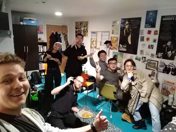 """""""隔离病毒,不隔离爱""""上海师大学生在利物浦创作防疫短片为爱发声"""